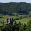 Castillo de Anjony (Tournemire), habitado desde sus orígenes por la familia Léotoing d'Anjony, esta fortaleza construida en el siglo XV domina el valle del Doire con sus cuatro torres. En su interior encontramos bonitas salas decoradas con frescos excelentes, como el fresco de los Nueves Valientes y un mobiliario de diversas épocas.